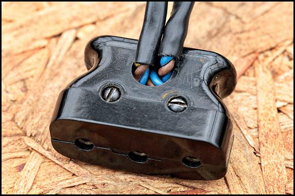 Picture of vintage Singer motor plug
