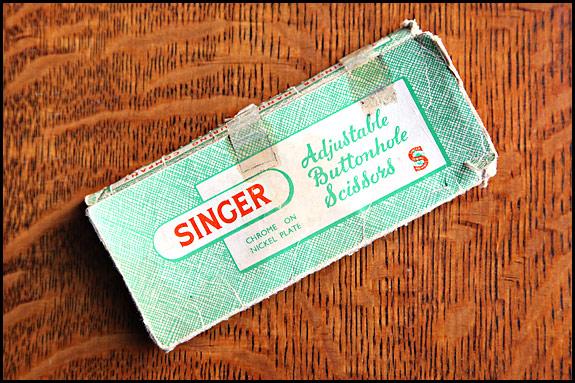 Picture of Singer adjustable buttonhole scissors box - front