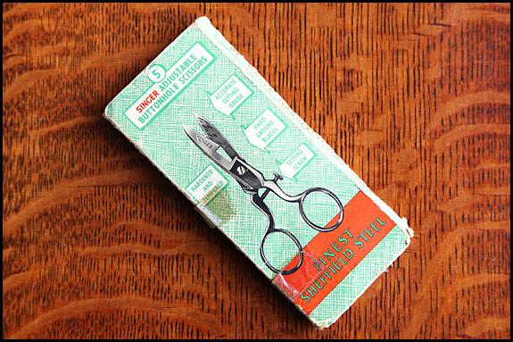Picture of Singer adjustable buttonhole scissors box - back