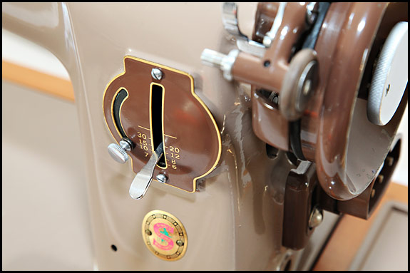 Detail of Singer 201K23 stitch length regulator